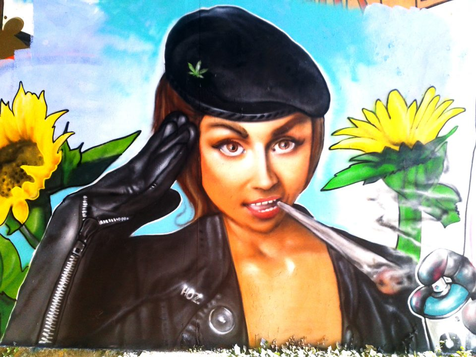 Fresque graffiti Les soeurs pétard à Quimper