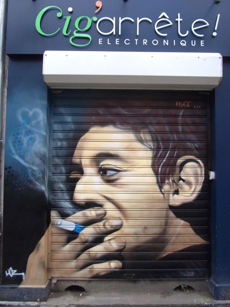 Portrait graffiti de Serge Gainsbourg sur devanture métallique à Quimper