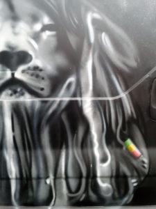 «Lion Zion», graffiti sur véhicule utilitaire