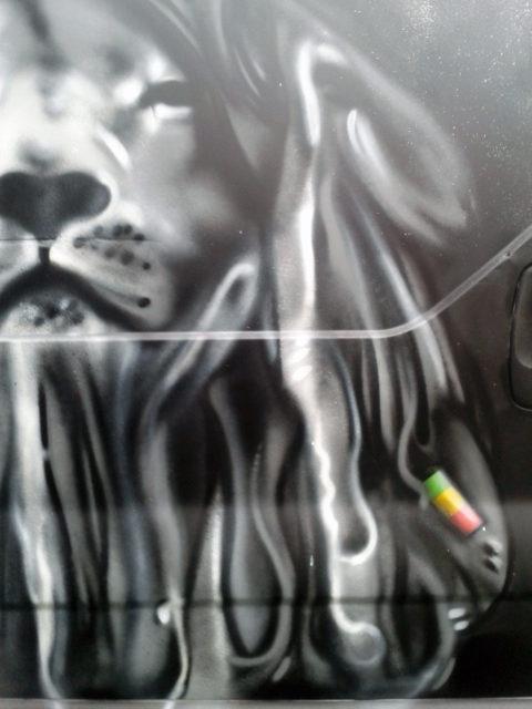 """""""Lion Zion"""", graffiti sur véhicule utilitaire"""