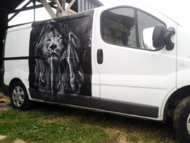 Décoration graffiti sur véhicule utilitaire à Quimper